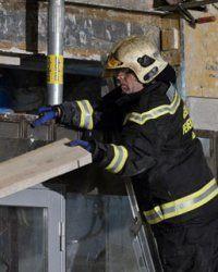 Feuerwehr sichert Haus in Favoriten