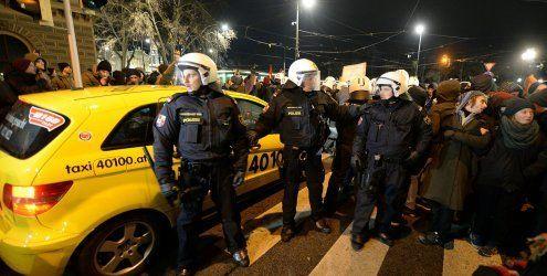 Ausschreitungen bei Demo: Polizist durch Böller verletzt