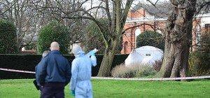 Mann setzte sich nahe Kensington-Palast selbst in Brand