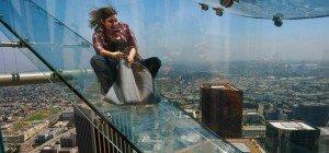 Nichts für Angsthasen – Glasrutsche in 300 Metern Höhe