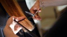 Schädlich: Das passiert wenn man Haare glättet