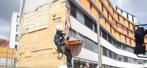 Schwerer Unfall in Fünfhaus: Arbeiter stürzt acht Meter in die Tiefe