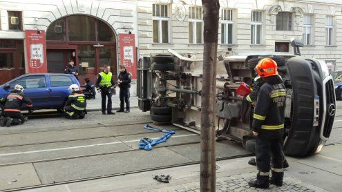 Wien: Lkw nach Unfall umgestürzt
