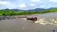 Dramatische Bilder aus Peru: Bus kippt in Fluss