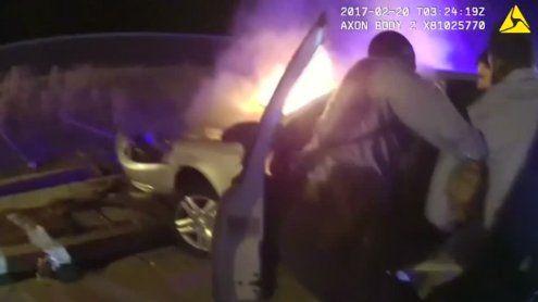 Dramatische Rettung: US-Polizist zieht Mann aus brennendem Auto
