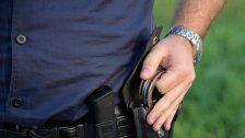Drei Polizisten von zwei 24-Jährigen verletzt