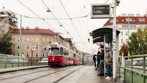 Wand eingestürzt: Straßenbahn-Linie 5 & Auto-Verkehr blockiert