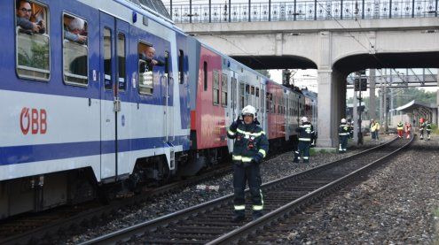 Oberleitung mit 15.000V gerissen: Passagiere in Zug eingeschlossen