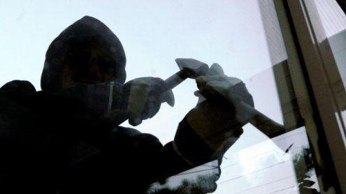 33-jähriger Einbrecher entfacht zuvor Lagerfeuer und mäht Rasen