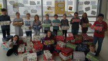 Volksschüler sammeln Geschenk-Kartons