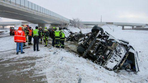 NÖ: Lkw geriet ins Schleudern und stürzte über eine Böschung