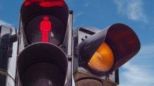 Straße bei Rot überquert: Frau von Pkw erfasst