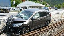 Eisenstange bohrte sich in Pkw: Lenker verletzt