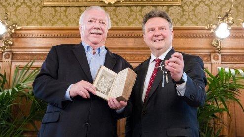 Häupl überreichte Bürgermeister Ludwig den Rathaus-Schlüssel