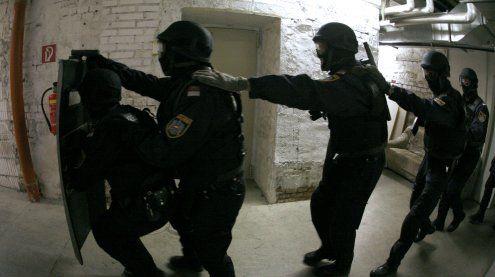 WEGA-Einsatz nach Schüssen: 80 Waffen in Wohnung gefunden