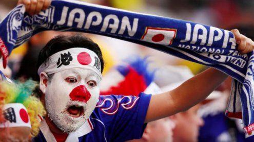 Japanische Fußball-Fans räumen nach Spiel gemeinsam Müll weg